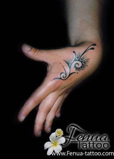 17 tattoo sur main tatouage polyn sien tatoouages fenua tattoo. Black Bedroom Furniture Sets. Home Design Ideas