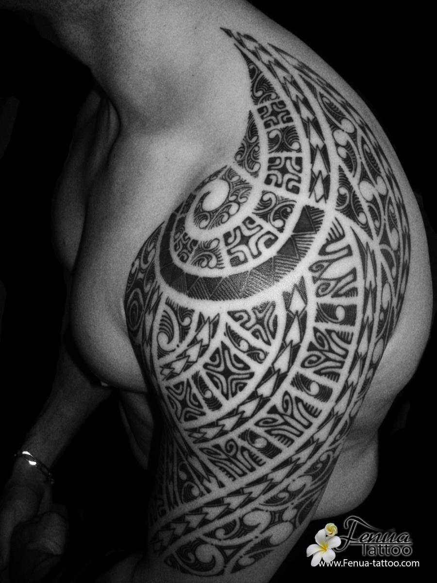 Photo de tatouage polyn sien tribal maorie sur paule - Tatouage tribal epaule homme ...